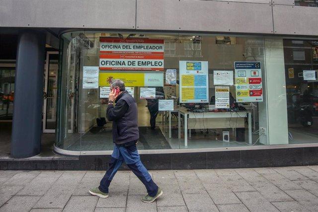 Una persona pasa por delante de una Oficina de Empleo ubicada en la capital, en Madrid, (España), a 28 de enero de 2021. La crisis del Covid-19 ha acabado con 622.600 puestos de trabajo en 2020, según indica la última Encuesta de la Población Activa (EPA)