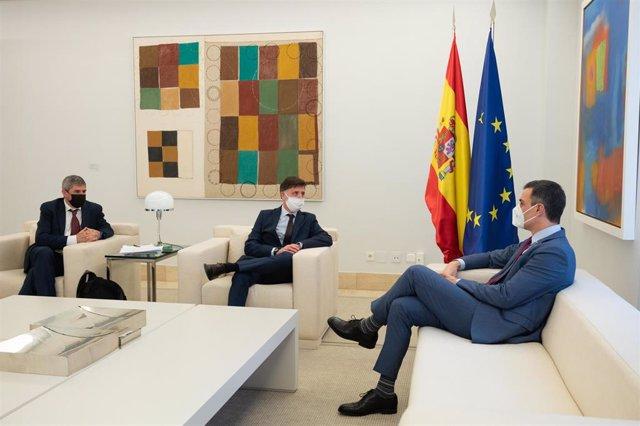 El presidente del Gobierno, Pedro Sánchez durante una reunión con el presidente de Intermón Oxfam, Franc Cortada (centro), y con el responsable de Desigualdad y Respuesta a la crisis de la COVID de Oxfam Intermón, Jaime Atienza.