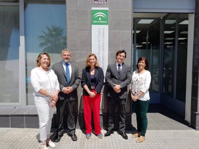 La consejera de Empleo en la oficina del SAE de Cádiz centro