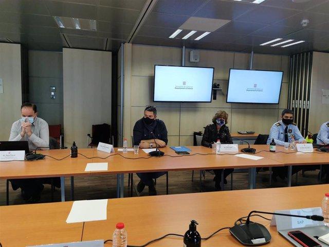 Josep Ferrer (dtor.Mossos), conseller de Interior de la Generalitat Miquel Sàmper, Beth Abad (secr.Gral.Interior) y Josep Lluís Trapero (major de Mossos) en una reunión con sindicatos policiales