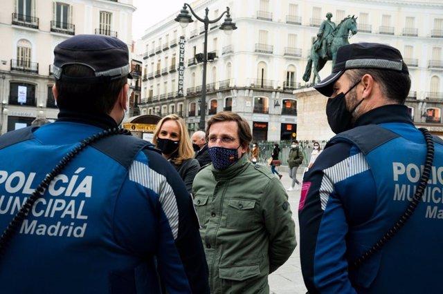 El alcalde de Madrid, José Luis Martínez-Almeida, junto a efectivos de la Policía Municipal