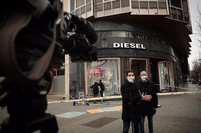 Martín Blanco declarant els periodistes davant una de les botigues saquejades aquest dissabte