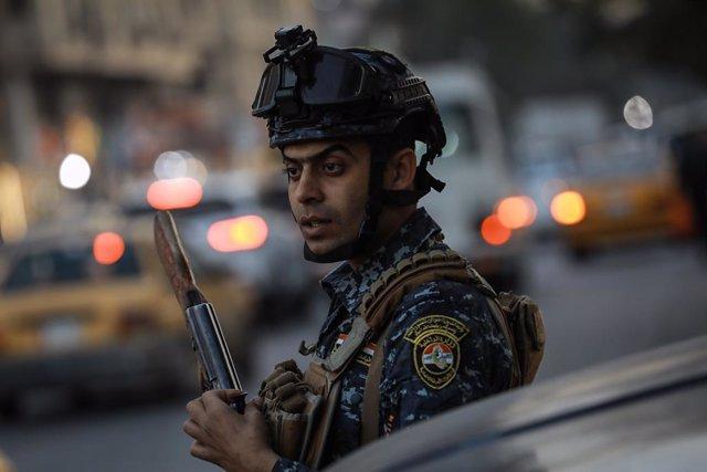 Archivo - Arxiu - Un policia de l'Iraq a la capital, Bagdad