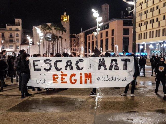 Unes 200 persones es concentren a Girona en suport a Pablo Hasel