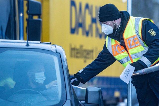Un agente de la Policía en un control en la frontera entre República Checa y Alemania por el coronavirus