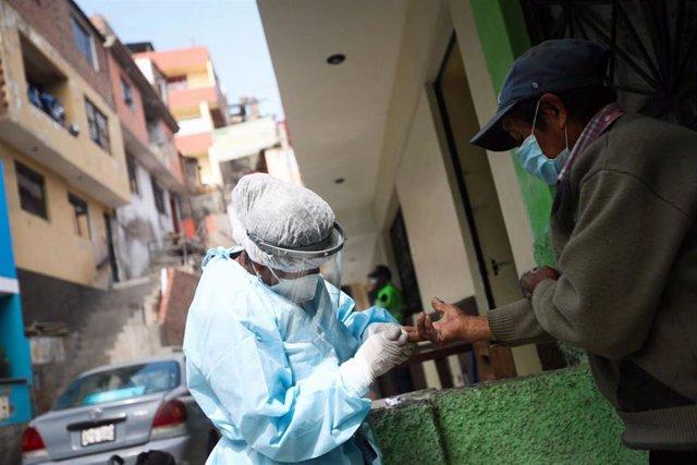Archivo - Prueba del coronavirus en Perú.