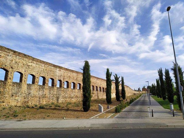 Archivo - Cielos con nubes en en el acueducto de San Lázaro en Mérida