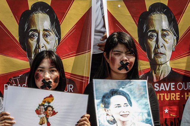 21 February 2021, Thailand, Bangkok: Myanmar citizens living in Thailand take part in a demonstration in front of the United Nations building against the military coup and demanded the release of Aung San Suu Kyi. Photo: Chaiwat Subprasom/SOPA Images via