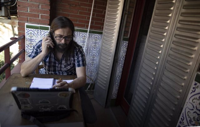 Archivo - Raul Sainz-Ezkerra teletrabajando desde su casa con un portátil, en Madrid (España), a 11 de septiembre de 2020. Gobierno y Sindicatos se reunieron ayer para negociar el teletrabajo en la Administración, mientras que para la nueva Ley de trabajo