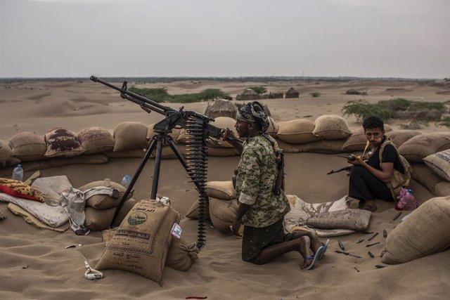 Archivo - Milicianos de la coalición liderada por Arabia Saudí vigilan el frente en busca de francotirados hutíes en una imagen de archivo de la guerra de Yemen