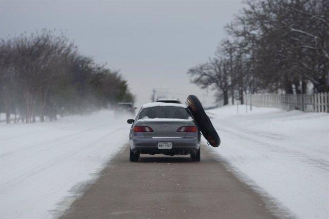 Imagen de archivo de una calle con nieve por la tormenta en Texas.