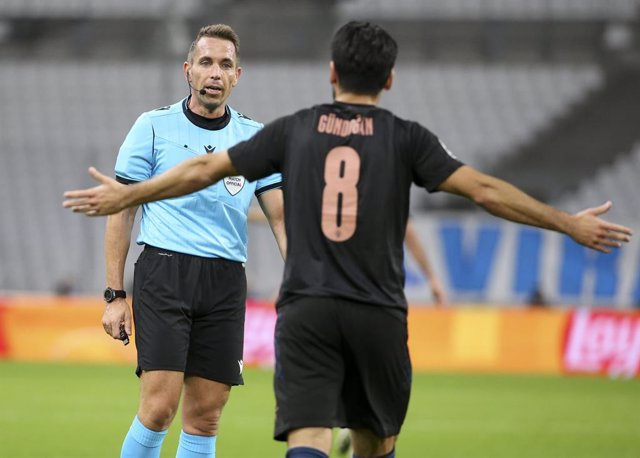 Archivo - Ilkay Gundogan of Manchester City argues with referee Tobias Stieler of Germany during the UEFA Champions League, Group Stage, Group C football match between Olympique de Marseille and Manchester City on October 27, 2020 at Orange Velodrome stad