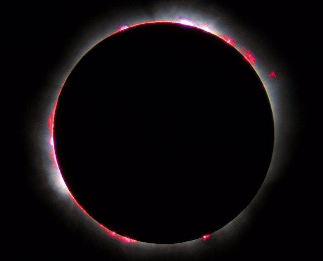 """La cromosfera, fotografiada durante el eclipse solar total de 1999. Los tonos rojos y rosados, la luz emitida por el hidrógeno, le valieron el nombre de cromosfera, del griego """"chrôma"""" que significa color."""