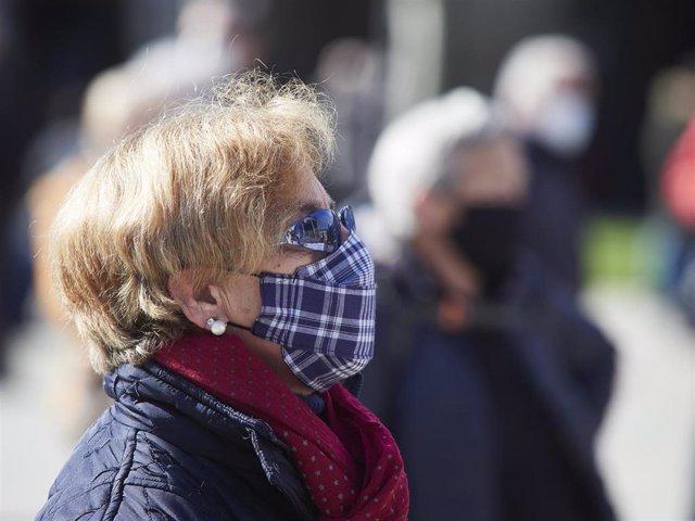 Una mujer participa en una manifestación contra las propuestas del Pacto de Toledo y en defensa del sistema público de pensiones