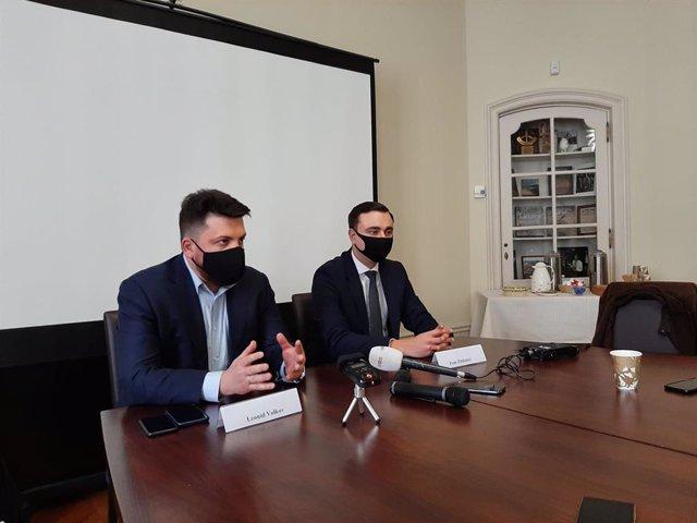 A la izquierda de la imagen, Leonid Volkov, jefe de gabinete del opositor ruso Alexei Navalni