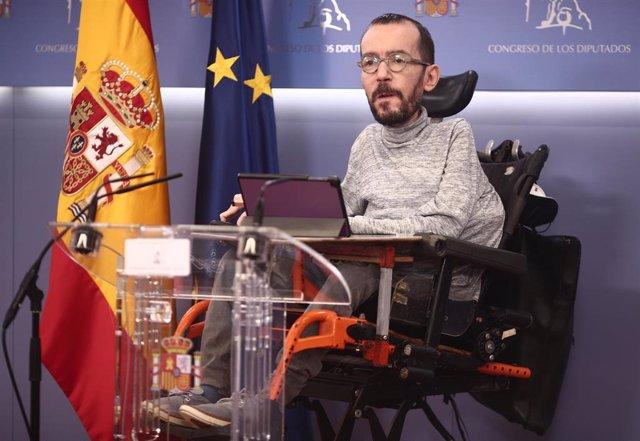 El portavoz parlamentario de Unidas Podemos, Pablo Echenique, interviene en una rueda de prensa en el Congreso