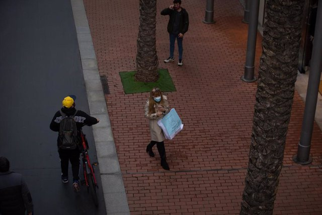 Archivo - Arxiu - Una dona camina pel centre comercial La Maquinista de Barcelona.