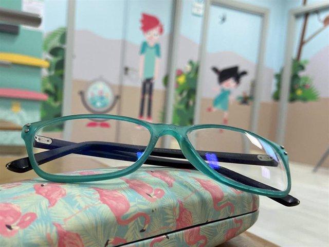 Archivo - Gafas en un aula