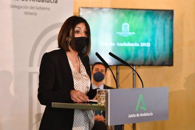 La presidenta del Parlamento de Andalucía, Marta Bosquet, en el acto de entrega de banderas de Andalucía por el 28F en Almería