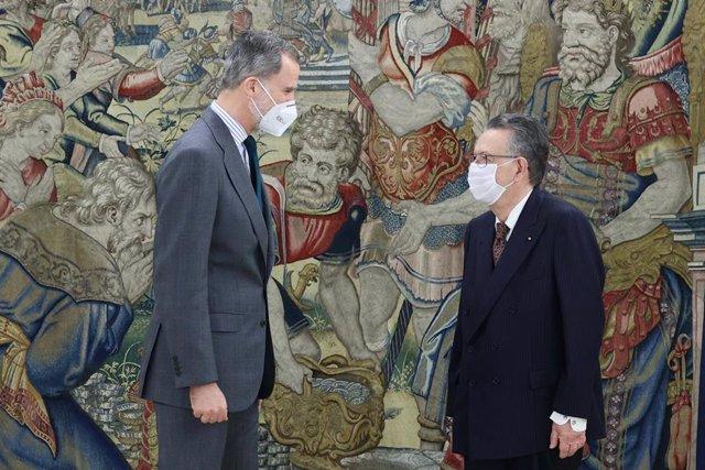 El Rey Felipe VI (i) y el ponente constitucional, consejero permanente de Estado y presidente de la Sección Primera del Consejo de Estado, Miguel Herrero y Rodríguez de Miñón (d) posan durante una audiencia programada, en el Palacio de la Zarzuela, Madrid