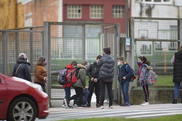 Un grupo de niños se dirige a entrar al CEIP Paradai, en Lugo
