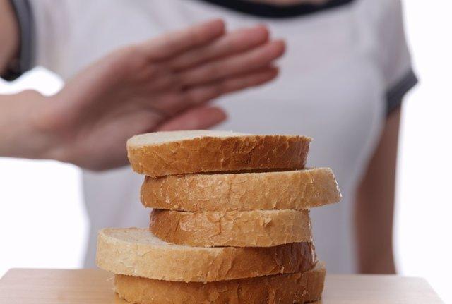 Archivo - Gluten intolerance and diet concept. Man refuses to eat white bread.  Intolerancia al gluten y concepto de dieta. El hombre se niega a comer pan blanco.