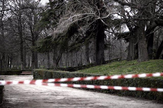 Cintas que prohíben en paso colocadas en las inmediaciones de algunas zonas del parque de El Retiro durante el día de la reapertura del 60 por ciento del recinto, en Madrid, (España).
