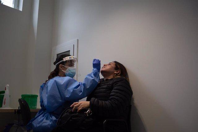 Una mujer se somete a una prueba PCR en el edificio Garbí-Vall de Hebrón, en Barcelona, Catalunya (España), a 16 de febrero de 2021. Según ha señalado el Hospital Vall de Hebrón, el edificio Garbí-Vall de Hebrón está concebido para aligerar la presión asi