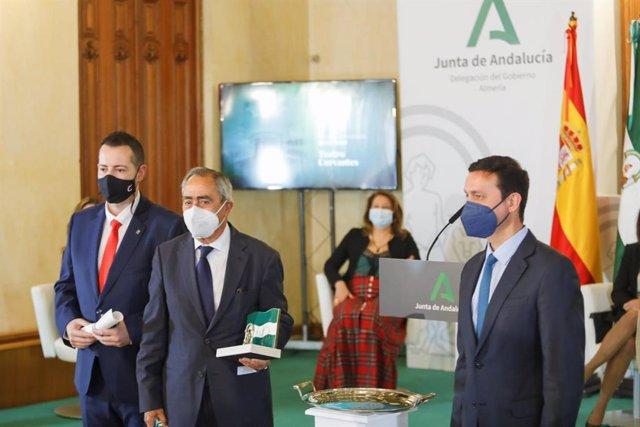 El presidente de la Diputación, Javier Aureliano García, entrega una de las banderas