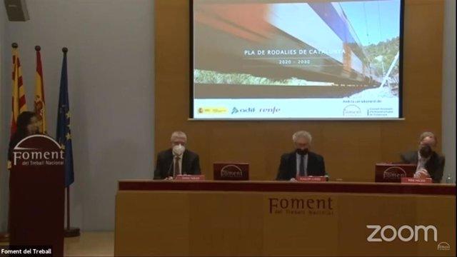 El president de Renfe, Isaías Táboas, juntament amb el president de Foment del Treball, Josep Sánchez Llibre, i el coordinador del pla, Pere Macias, durant la presentació.