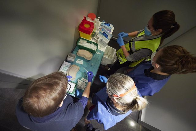 Archivo - Varios trabajadores sanitarios, con material necesario para administrar la vacuna contra la COVID-19, en Pamplona.