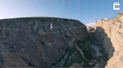 Filman a vista de drone a dos equilibristas en la cuerda floja a más de 100 metros sobre un valle francés
