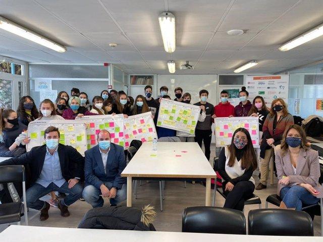 Nhood y alumnos participantes del concurso Sant Boi Talent.