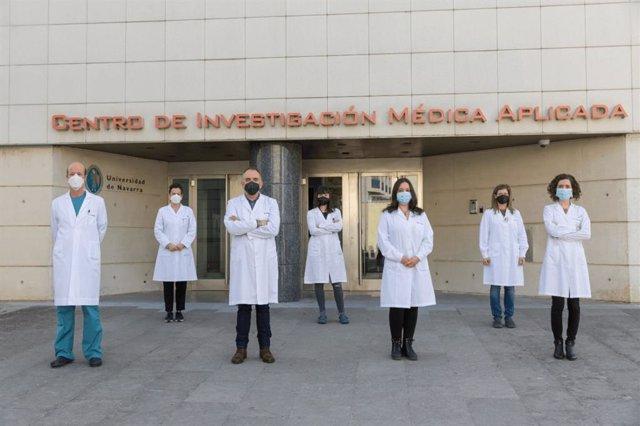 De dcha a izda: Felipe Prósper y Xabi Agirre junto a las primeras autoras del artículo Arantxa Carrasco-León y Teresa Ezponda y otros investigadores del Programa de Hemato-Oncología del Cima. /
