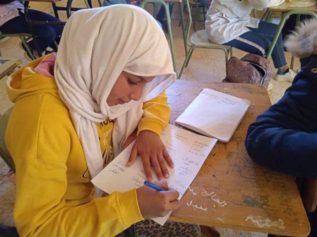 Una niña refugiada saharaui firma una carta dirigida a Joe Biden