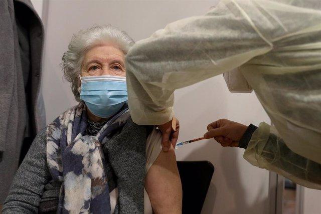 Una mujer recibe la primera dosis de la vacuna de Pfizer-BioNTech contra el coronavirus, en Cascais, Portugal.