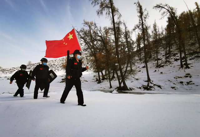 Archivo - 28 October 2020, China, Altay: Chinese police officers patrol the border in a mountain covered with snow. Photo: -/TPG via ZUMA Press/dpa