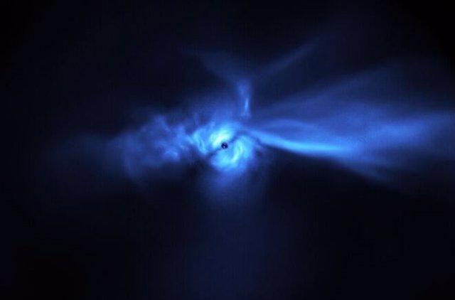Esta imagen, tomada por el instrumento SPHERE en el Very Large Telescope (VLT) de ESO, muestra el disco que rodea a SU Aur con un detalle sin precedentes, incluidos los largos rastros de polvo asociados con él.