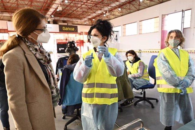 La delegada de Educación y Deporte en Granada, Ana Berrocal, en el inicio de la campaña de vacunación contra el covid-19 en Fermasa