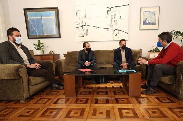 El presidente de la Diputación de Alicante aborda con el responsable de la entidad, Salvador Lucas, la urgencia de levantar el cierre que perjudica a 9.400 trabajadores del sector