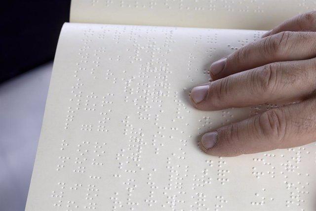 Persona leyendo en idioma braille.