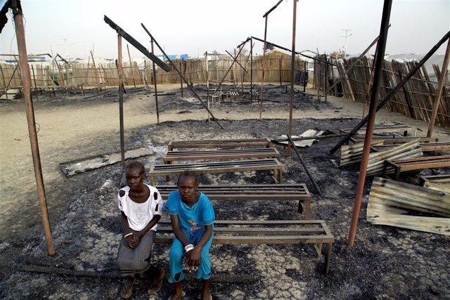 Archivo - Dos niños en una escuela atacada de Sudán del Sur