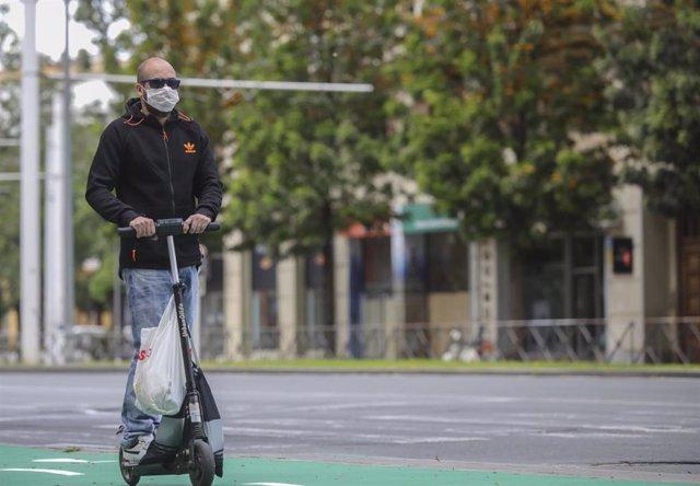 Archivo - Un hombre circula en patinete eléctrico