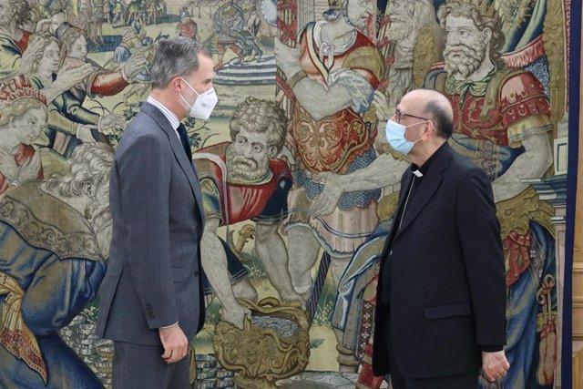 El Rey recibe en audiencia al presidente de la Conferencia Episcopal Española, el cardenal arzobispo de Barcelona, Juan José Omella