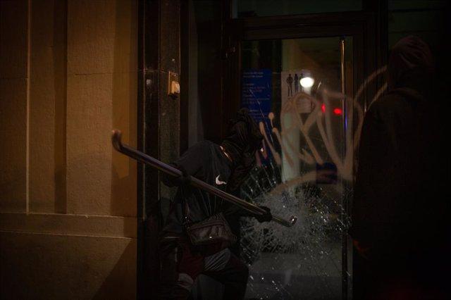 Un grup de violents assalta una oficina bancària després de la manifestació contra l'empresonament del raper i poeta Pablo Hasél a Barcelona. Catalunya (Espanya), 19 de febrer del 2021.