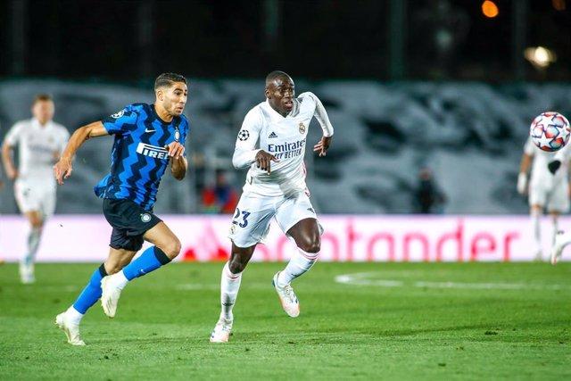 Archivo - Ferland Mendy pugna por un balón con Achraf en el Real Madrid-Inter de Milán de la Liga de Campeones 2020-2021