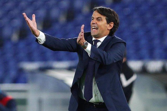 Archivo - Simone Inzaghi dando órdenes desde el banquillo en un partido de la Lazio
