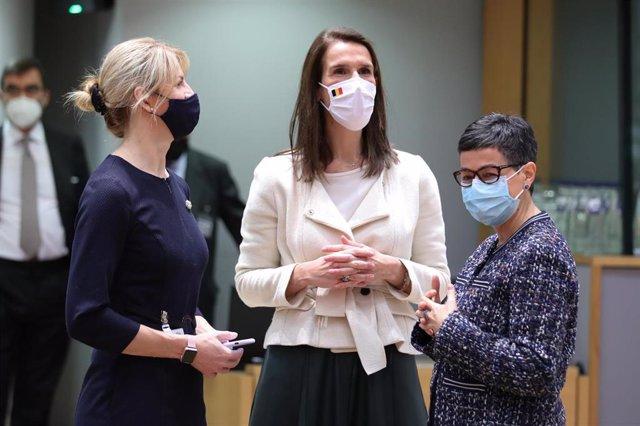 La ministra de Asuntos Exteriores, Arancha González Laya, junto a sus homólogas de Estonia, Eva-Maria Liimets, y de Bélgica, Sophie Wilmes, en una reunión en Bruselas