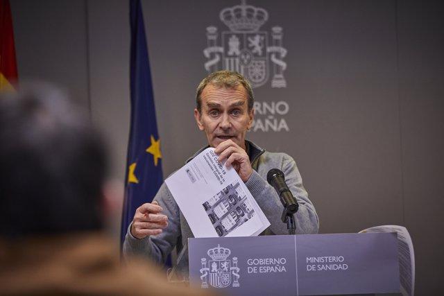 El director del Centro de Coordinación de Alertas y Emergencias Sanitarias (CCAES), Fernando Simón muestra unos documentos de la gestión integral de la vacunación Covid-19 durante la rueda de prensa