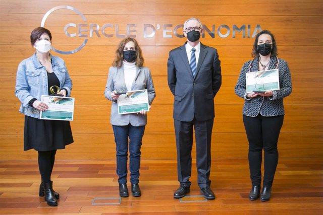 El presidente de la Fundació Cercle d'Economia Anton Costas, con las escuelas premiadas con el Premi Ensenyament